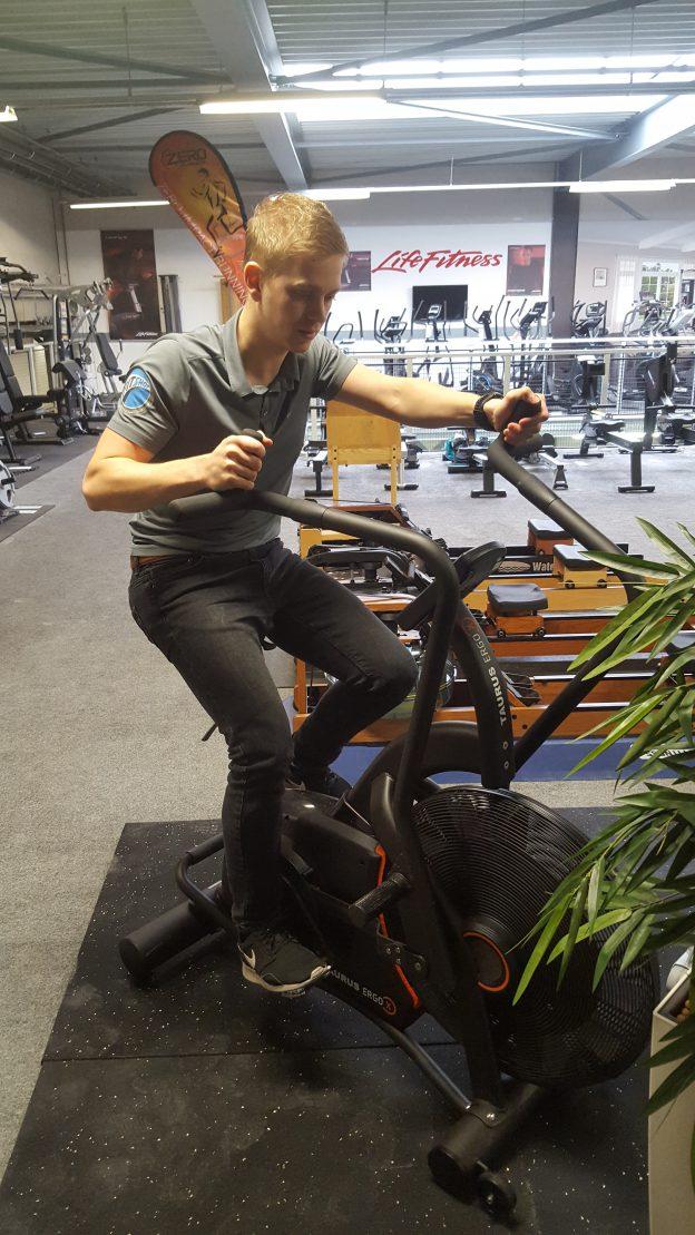 Rick fietst op de Taurus Ergo-X airbike